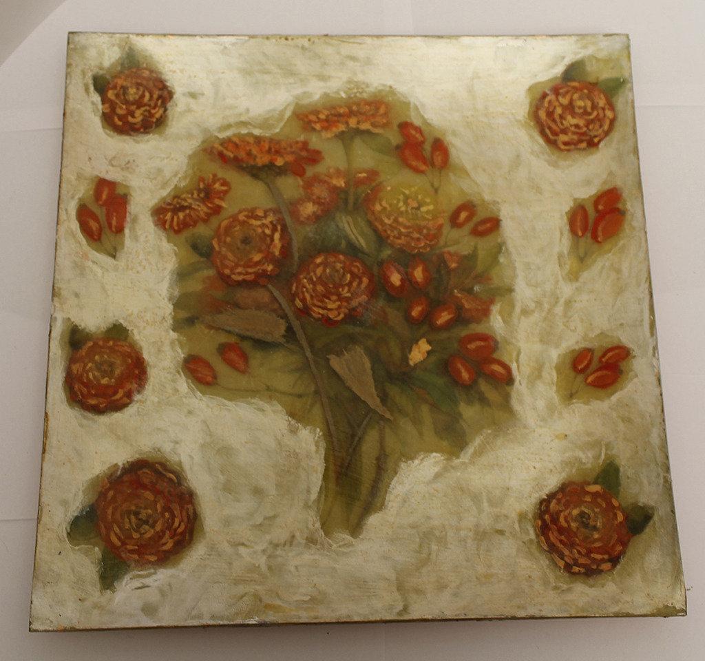 Centrotavola con fiori dipinti antichizzati