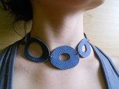collana in pelle blu