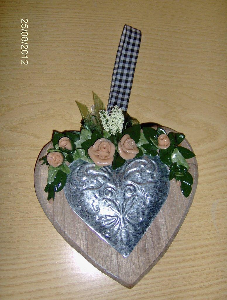 cuore di legno con rose