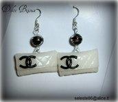 Orecchini con perle nere screziate argento e pendenti  Pochette Chanel bianche realizzati a mano in fimo cernit...