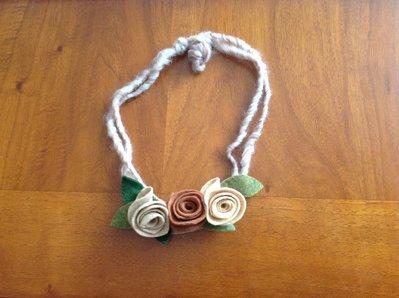 Collana con rose in panno