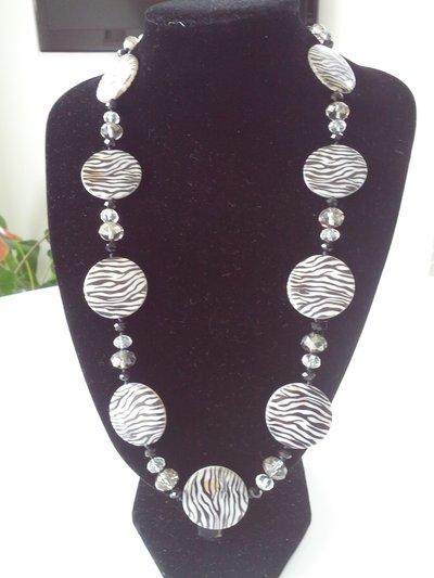 Parure collana e orecchini con conchiglie zebrate e cristalli