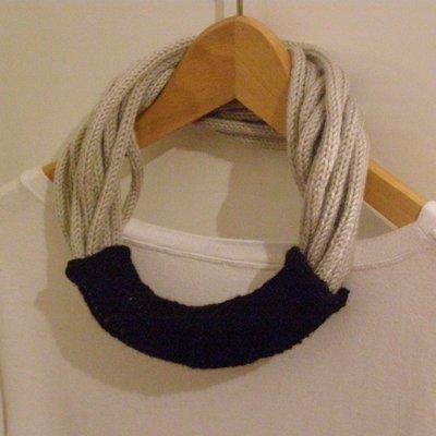 Collana in lana grigio chiaro con passante nero