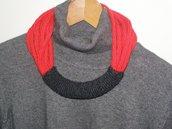 Collana in lana rossa con passante grigio ferro