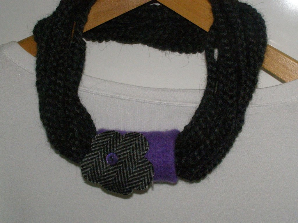 Collana in lana grigio ferro con passante e fiore