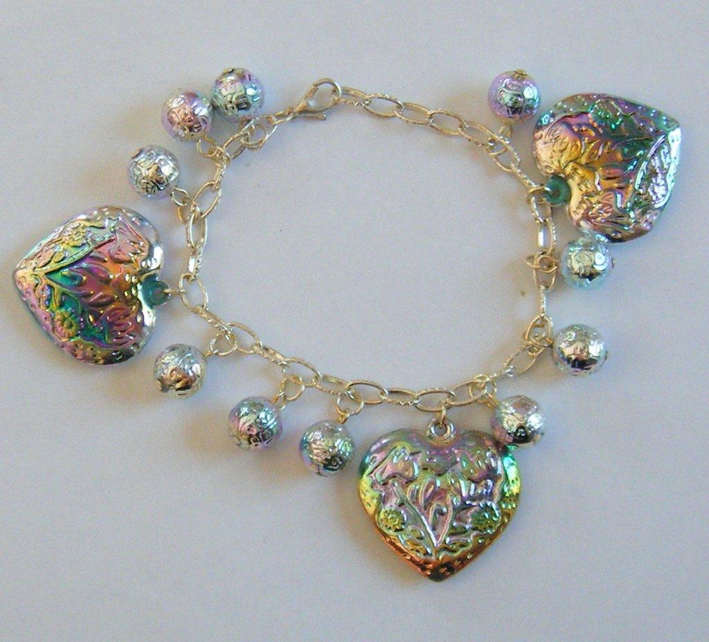 bracciale con catena in metallo colore argento, perline  e cuoricini in resina