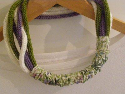 Collana in lana tre colori con passante in stoffa
