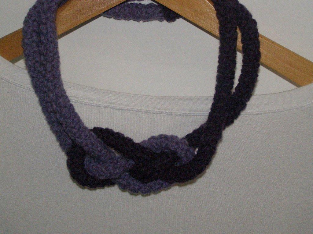 Collana in lana bi-colore con nodo decoro