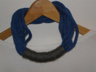 Collana in lana bluette con passante grigio