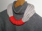 Collana in lana grigio chiaro con passante rosso