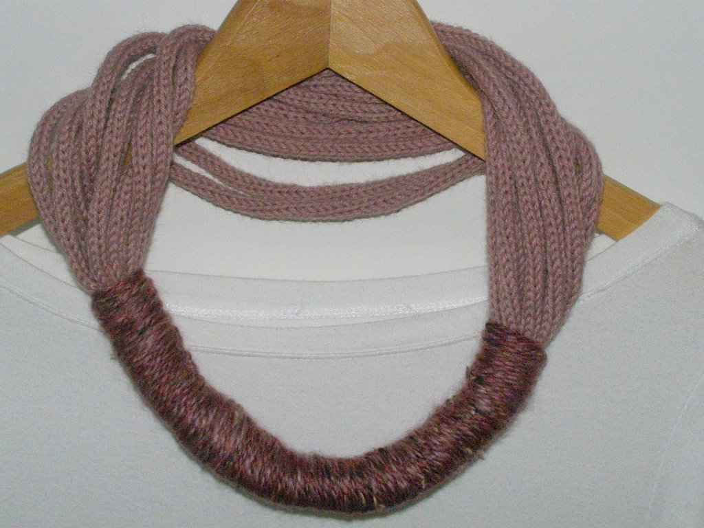 Collana in lana rosa antico