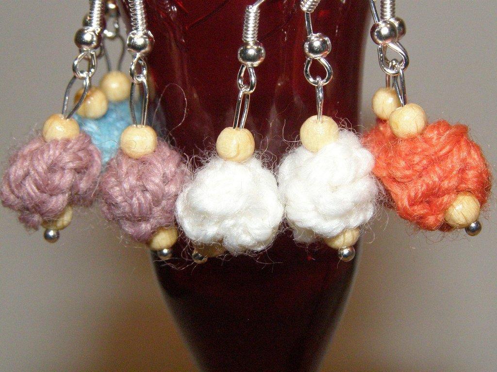Orecchini con pallina di lana e perline di legno