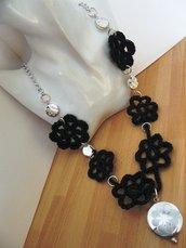 collana fiori neri all'uncinetto