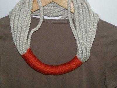 Collana in lana a due colori