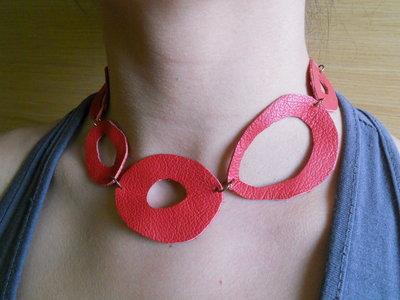 collana in pelle rossa