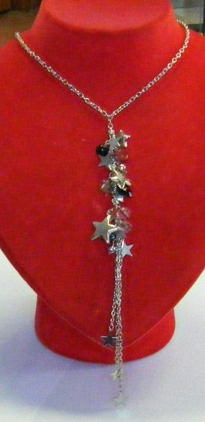 collana girocollo con catena colore argento e pendente con charms diverse forme