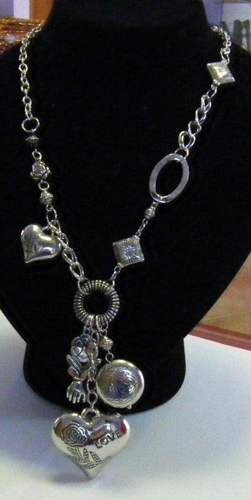 collana con catena in metallo colore argento,perline e pendenti charms cuoricini