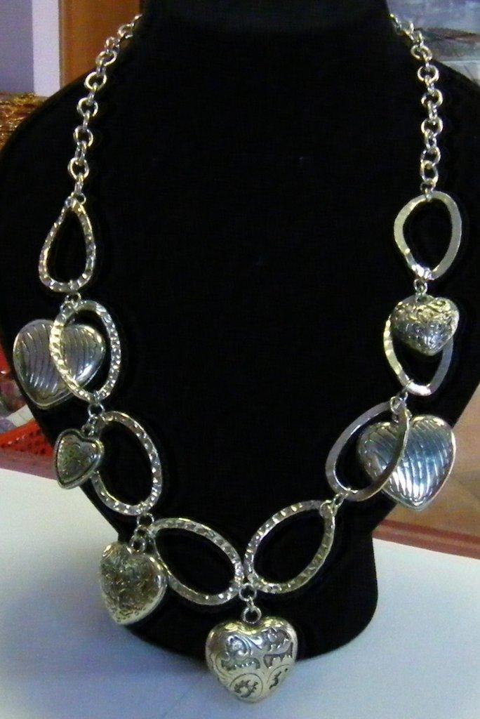 collana in metallo con cuoricini