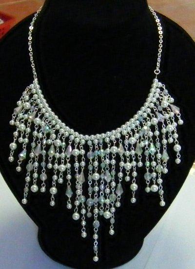 collana girocollo con catena colore argento e perline in plastica