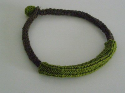 Collana in lana marrone e verde