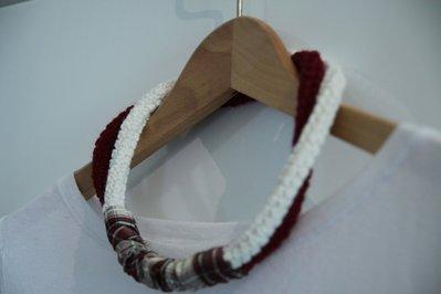 Collana in lana due colori con passante in raso