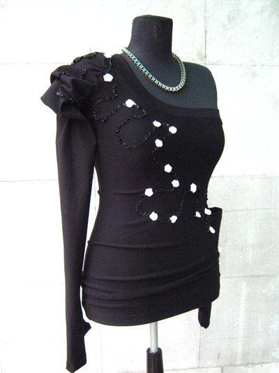 Elegante camicia nera con applique in raso e piccole rose bianche