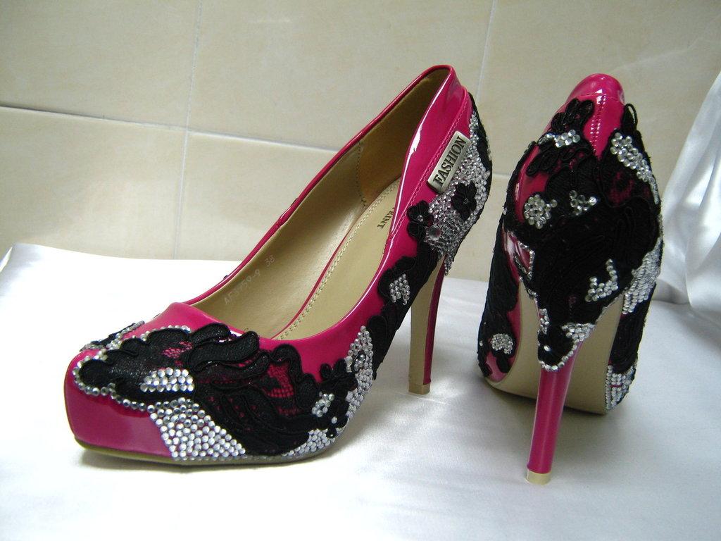 Belle scarpe da donna a mano decorati con pizzo nero e cristalli