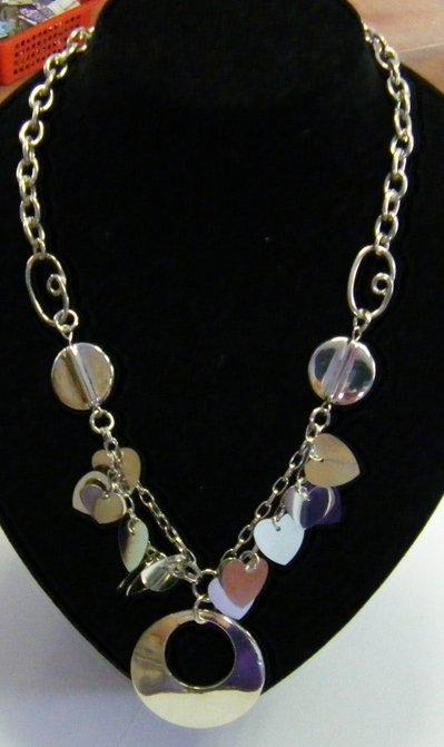 collana con catena in metallo , ciondolo e charms cuoricini