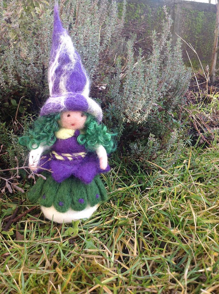 Strega in lana cardata - viola verde