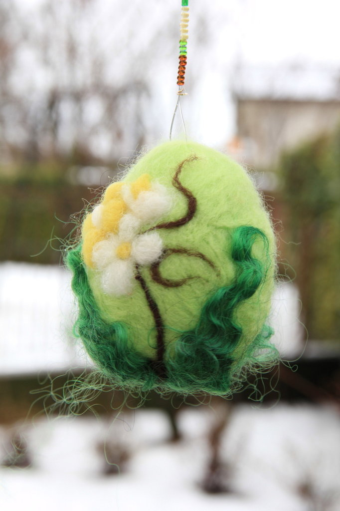 Uovo pasquale in lana cardata - colorato