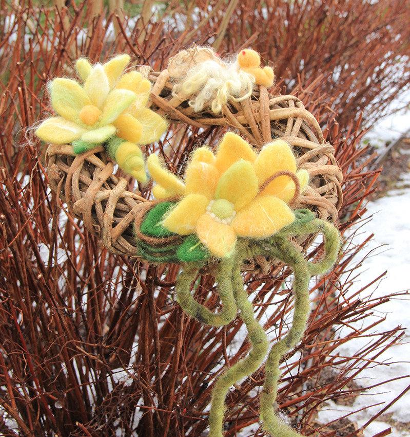 Corona per porta con fiori in lana cardata