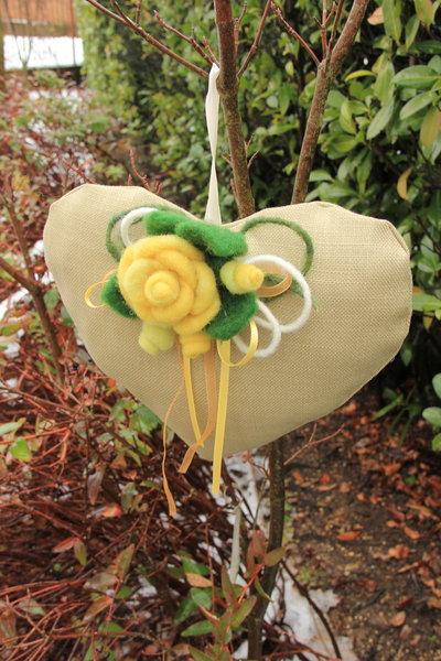 Cuore da appendere con fiori in lana cardata