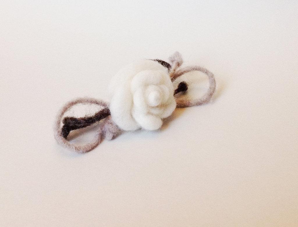 Spilla con rosa in lana cardata fatta a mano