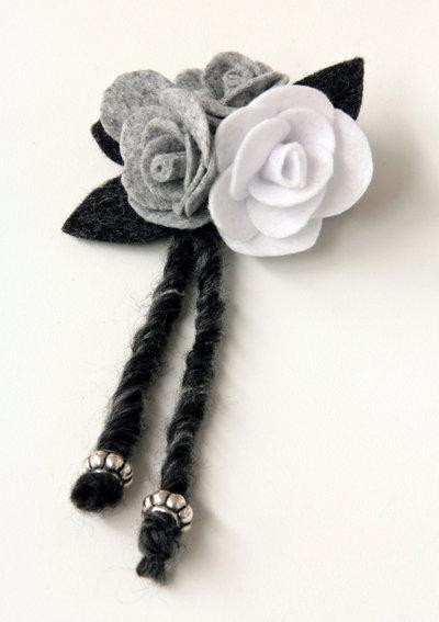Spilla in panno - rose bianco e grigio