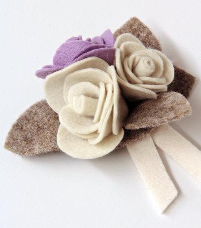 Spilla in panno - rose avorio e lilla