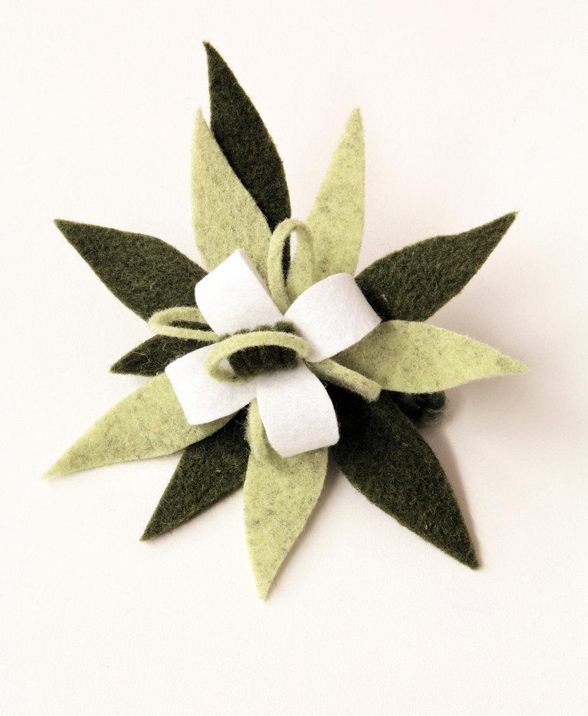 Spilla in panno - fiore a stella verde, fatta a mano