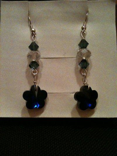 orecchini lunghi con fiore blu
