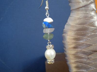 Orecchini con pietre multicolor perla bianca