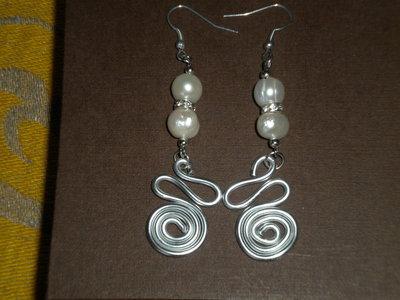 Orecchini  lavorazione wire e perle bianche