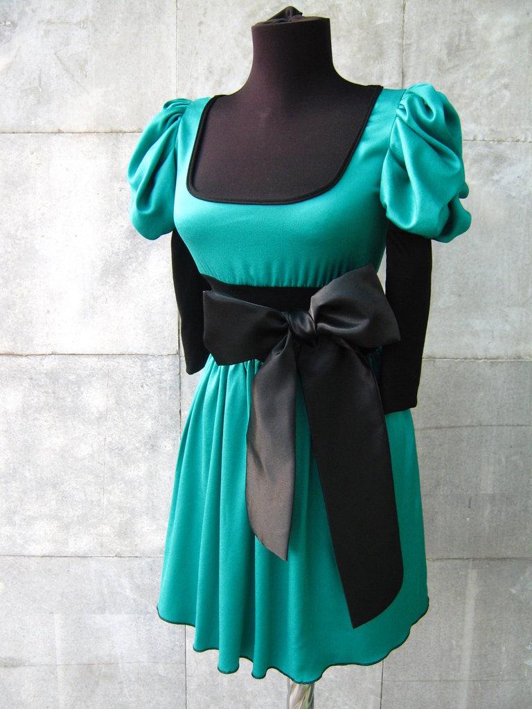 Elegante abito verde con nastro nero
