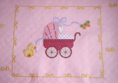 copertina rosa per culla con carrozzina ricamata e fiocco con punto swarovski NEWBORN1