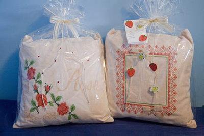 cuscino ricamato su lino color corda e rifinito con nastrini e perle di legno ROSE FOR YOU