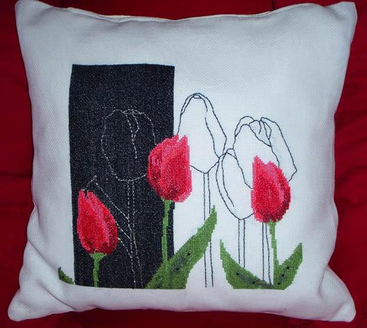 cuscino ricamato con illustrazione floreale, tulipani rossi LATULIPE