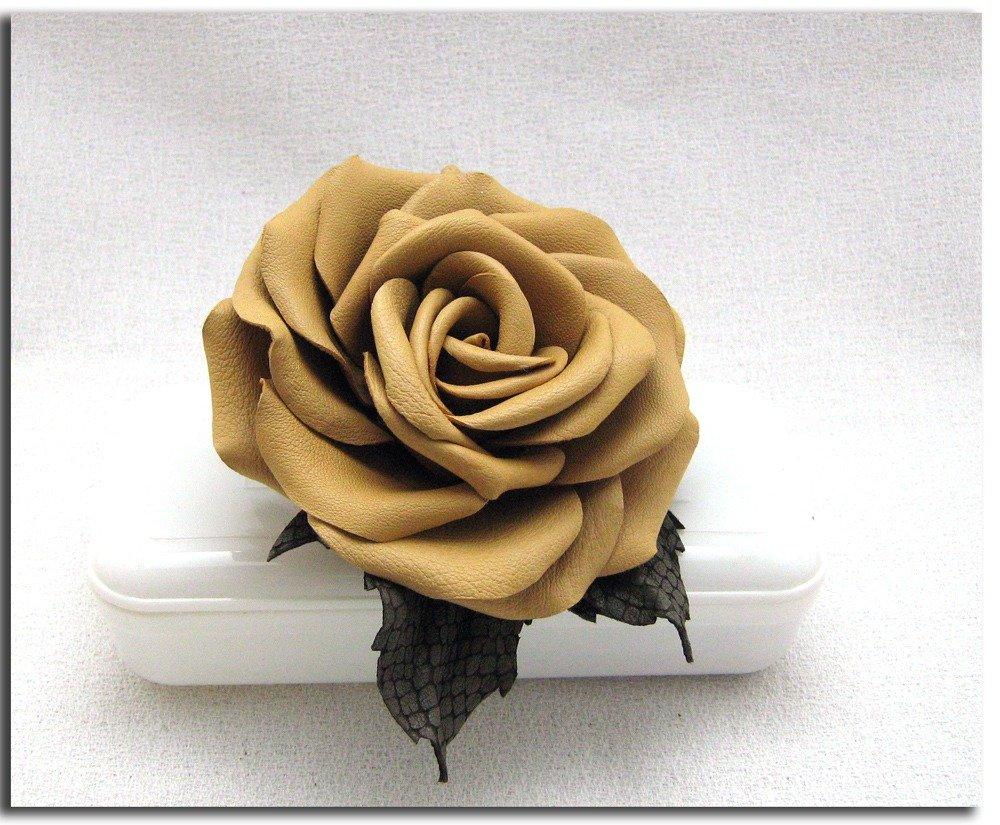 Spilla fiore di pelle. Rosa gialla.