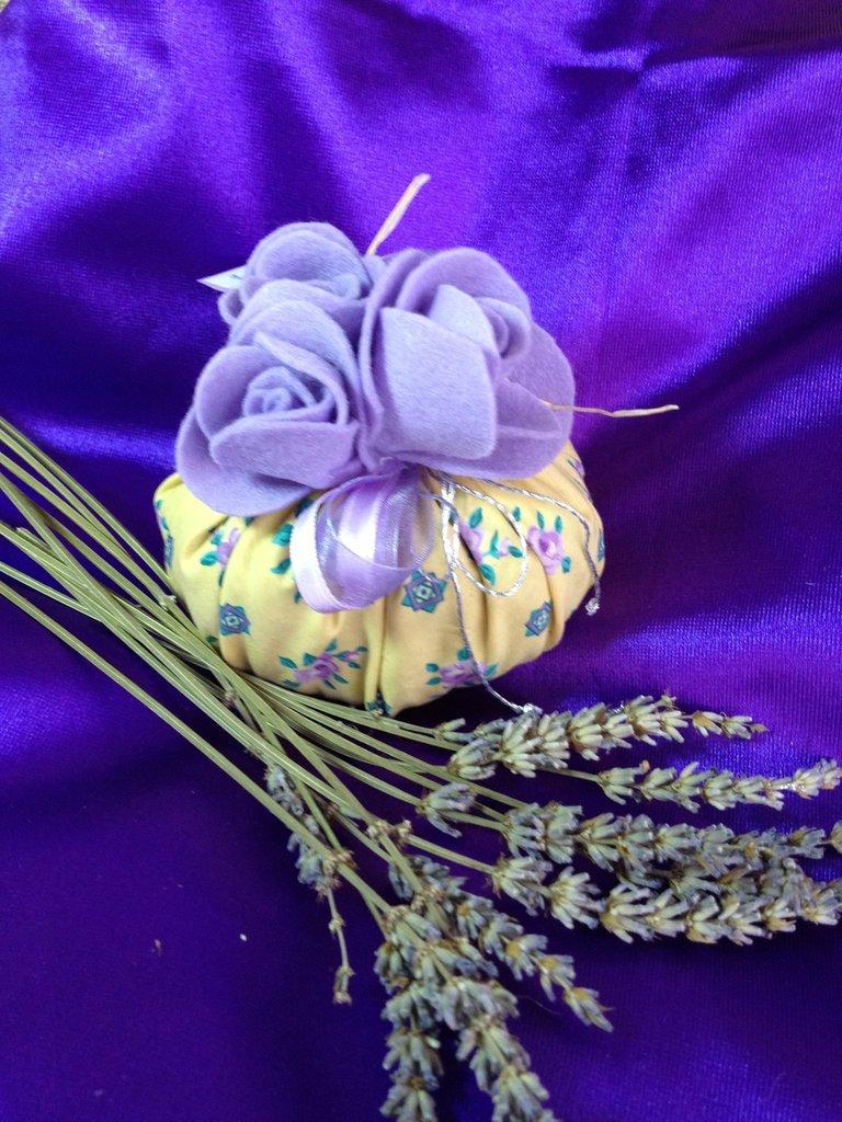 Sacchettino profumato imbottito con fiori di lavanda bio e for Fiori di lavanda