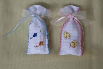 portaconfetti con ricamo punto croce, perline e nastrini colorati