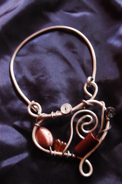 collana alluminio con pietre marroni