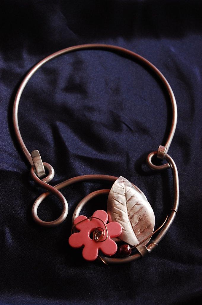 collana alluminio con fiore rosa
