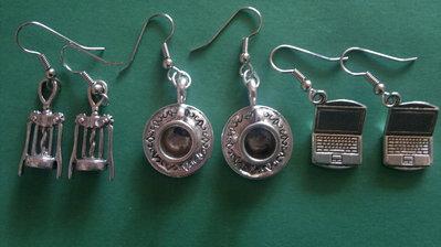 orecchini charm cavatappi, tazzine, computer