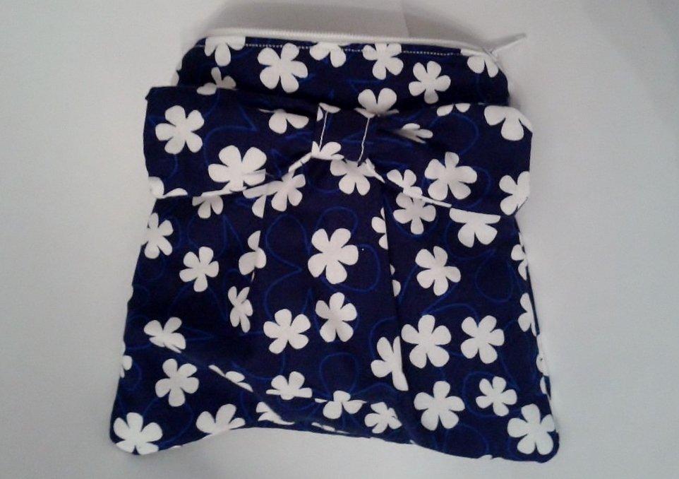 Astuccio in stoffa blu con fiori bianchi e fiocco